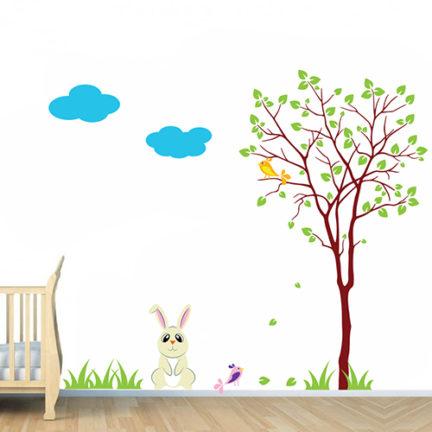 Seinakleebis lastetuppa janes ja puu